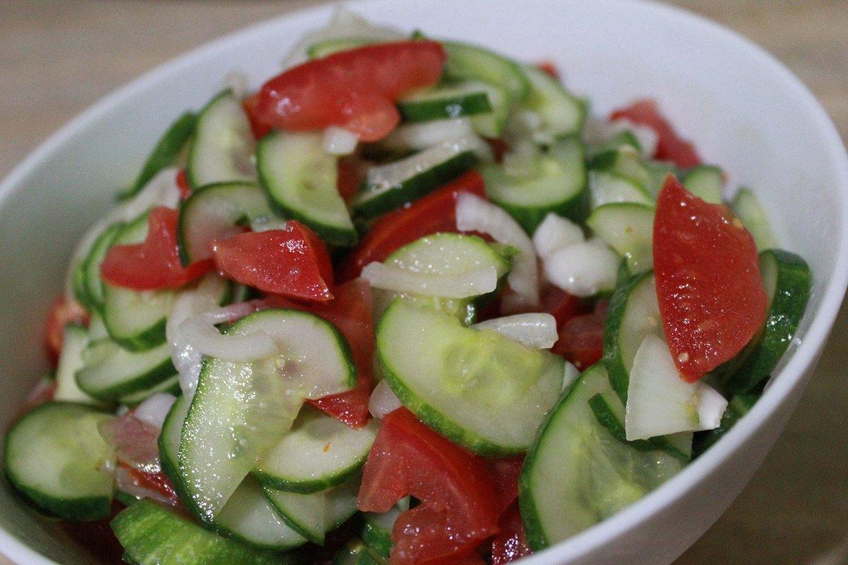 Веганский рецепт Салат с помидорами и огурцами