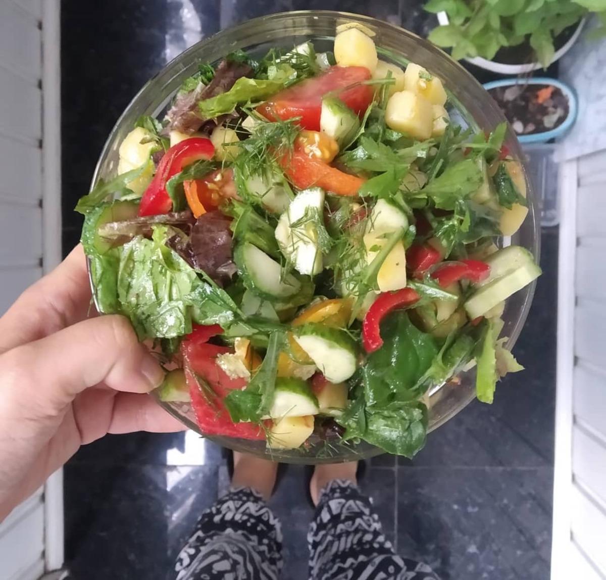 Веганский рецепт Овощной салат с заправкой из тахини и льняного масла