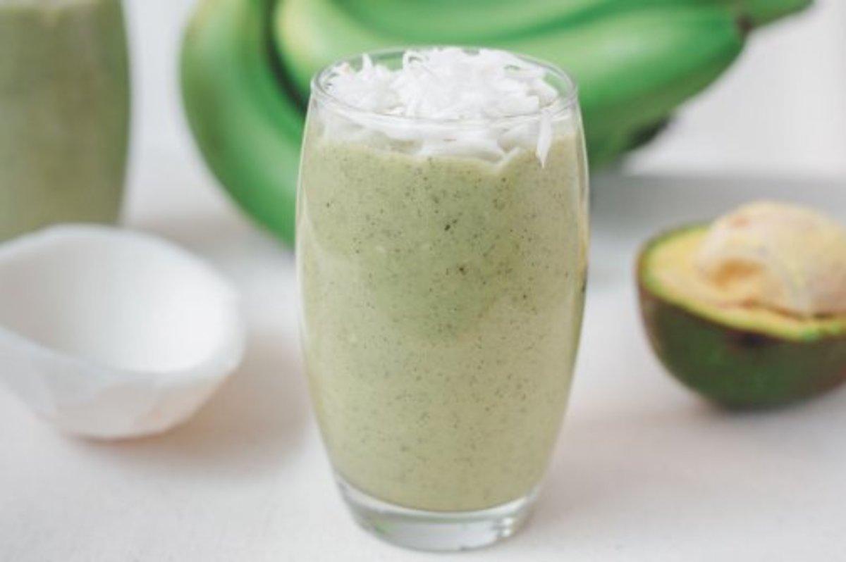 Веганский рецепт Яблочно-банановый смузи со шпинатом, кокосом и авокадо